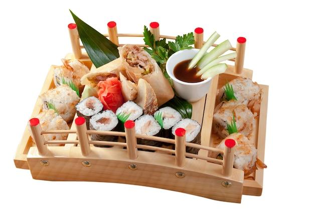 Assortiment de sushi cuisine japonaise rouleau de nourriture japonaise traditionnelle faite de poisson fumé