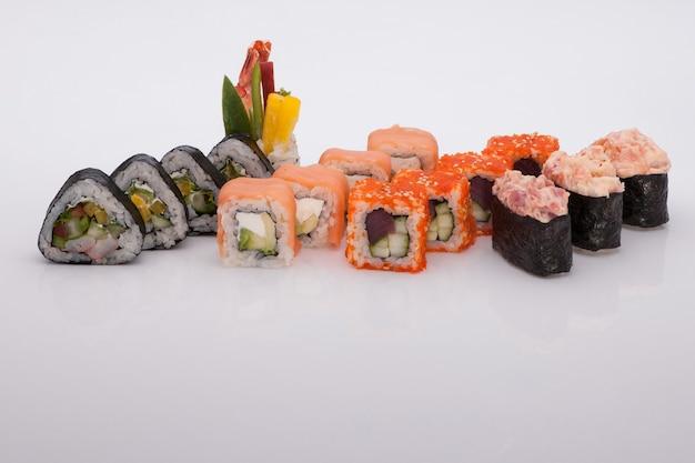 Assortiment de sushis sur fond blanc