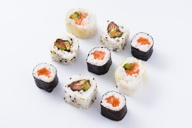 Assortiment de sushis isolé sur une surface blanche