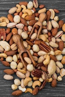 Assortiment de tas de délicieuses collations aux noix
