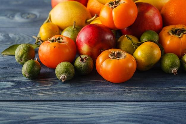 Assortiment de tas de différents faux fruits et légumes colorés