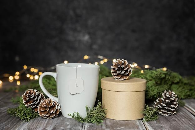 Assortiment avec tasse blanche et boîte-cadeau