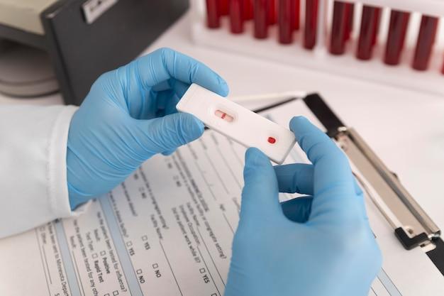 Assortiment de tests de coronavirus en laboratoire