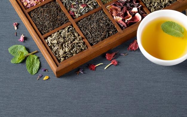 Assortiment de thés secs en coffret bois