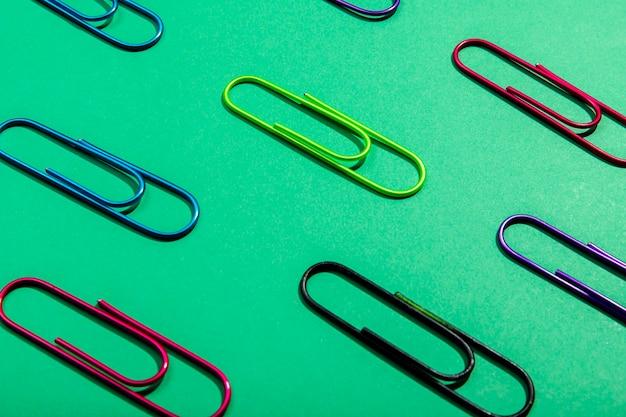 Assortiment de trombones colorés vue haute