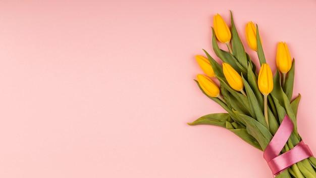 Assortiment de tulipes jaunes avec espace copie