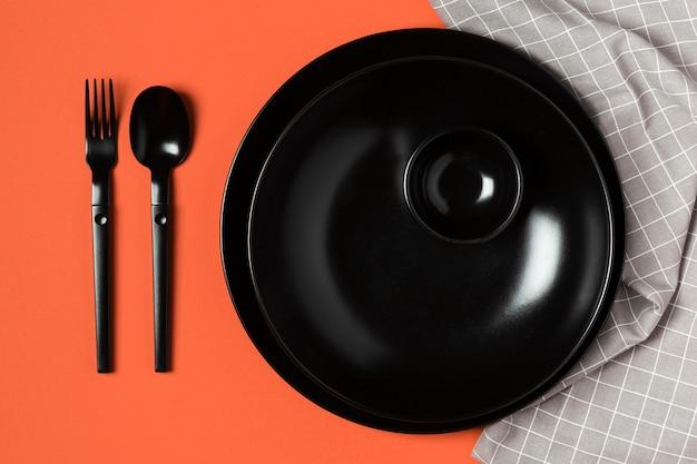 Assortiment de vaisselle sur fond orange et tissu
