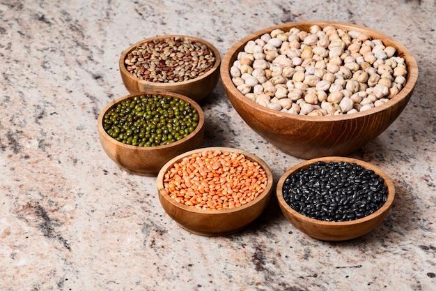 Assortiment varié de légumineuses - haricots, pois chiches, lentilles, dal orid noir et vert. protéines végétales.