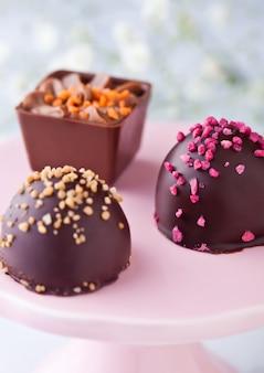 Assortiment de variétés de bonbons de luxe au lait et au chocolat noir