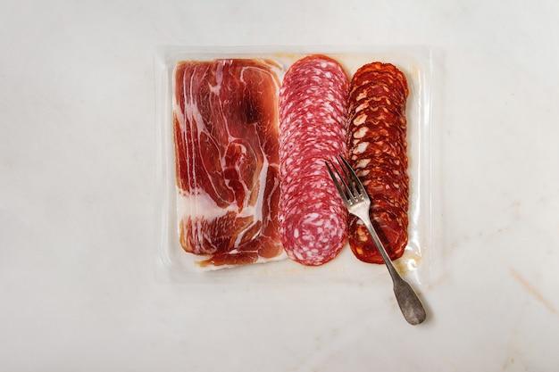 Assortiment de viande dans l'emballage