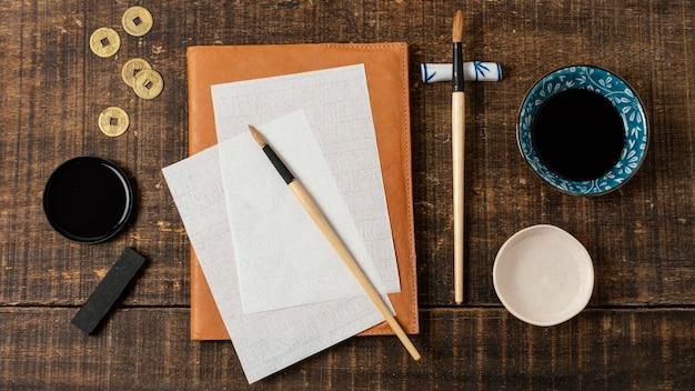 Assortiment de vue de dessus d'encre de chine avec carte vide