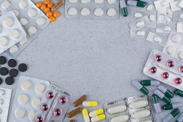 Assortiments de médicaments sur une surface en marbre.