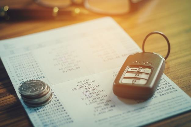 Assurance auto, car remote et livre de comptes dans le concept de finance et bancaire