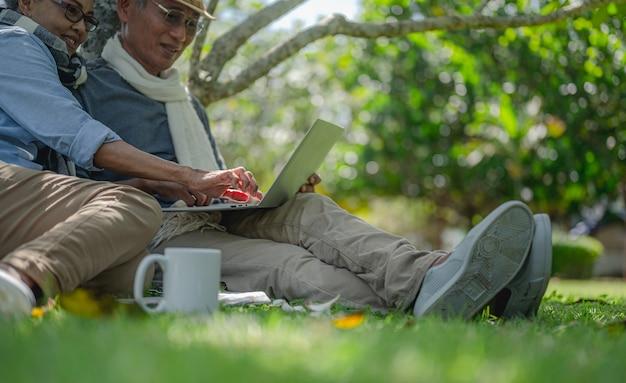 Assurance-retraite des couples de personnes âgées concept de mode de vie des personnes âgées couples de personnes âgées offrir des cadeaux