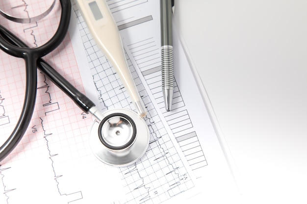 Assurance santé et concept de fond médical. équipements médicaux stéthoscope noir et concept de technologie médicale.