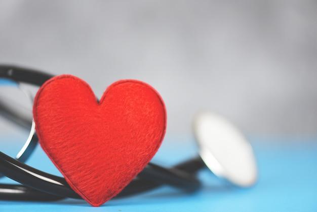 Assurance santé, stéthoscope et soins de santé à coeur rouge sur bleu