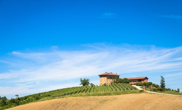 Asti, italie - circa aot 2020 : collines du piémont en italie, région de monferrato. campagne pittoresque pendant la saison estivale avec champ de vigne. magnifique ciel bleu en arrière-plan.
