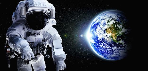 L'astronaute astronaute fait une sortie dans l'espace tout en travaillant pour la station spatiale