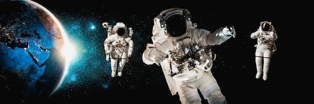 L'astronaute astronaute fait une sortie dans l'espace