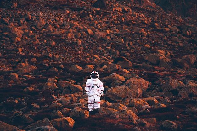 Astronaute explorant une nouvelle planète. à la recherche d'un nouveau foyer pour l'humanité. concept sur la science et la nature