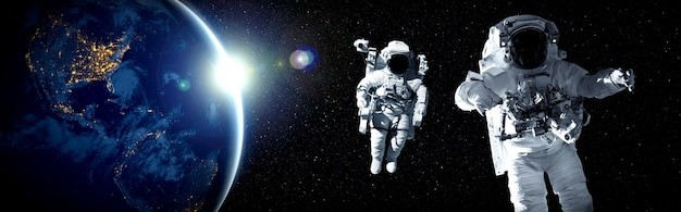 Un astronaute fait une sortie dans l'espace tout en travaillant pour la station spatiale