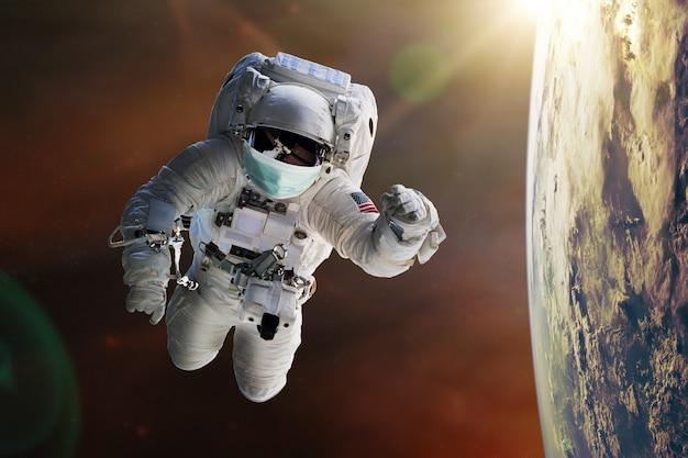 L'astronaute avec masque facial protège dans l'espace.