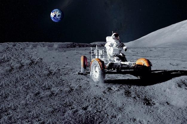 Astronaute près du rover lunaire sur la lune les éléments de cette image ont été fournis par la nasa