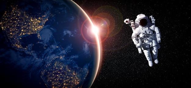 L'astronaute spatial fait une sortie dans l'espace tout en travaillant pour la station spatiale