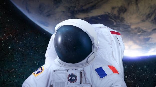 Astronautes planètes paysage de l'espace lointain à la lumière d'une étoile verte art de science-fiction