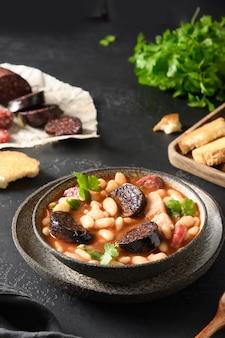 Asturiana fabada espagnole sur table noire close up