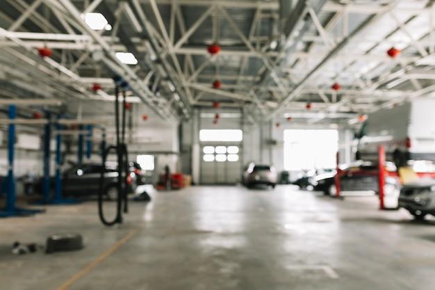 Atelier de carrosserie avec des voitures au travail