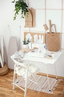 Atelier de couture avec machine à coudre