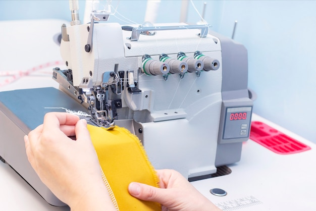 Atelier de couture. tissu patch couturière. point overlock. overlock pour coudre le tissu. adaptation