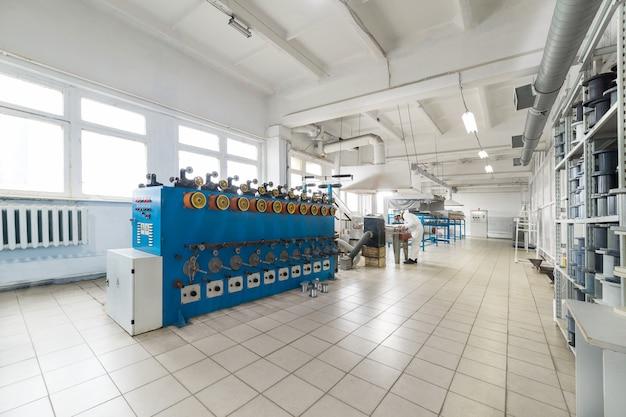 Atelier d'étamage de fil de cuivre-aluminium. machines automatiques pour enrouler le fil sur des bobines.