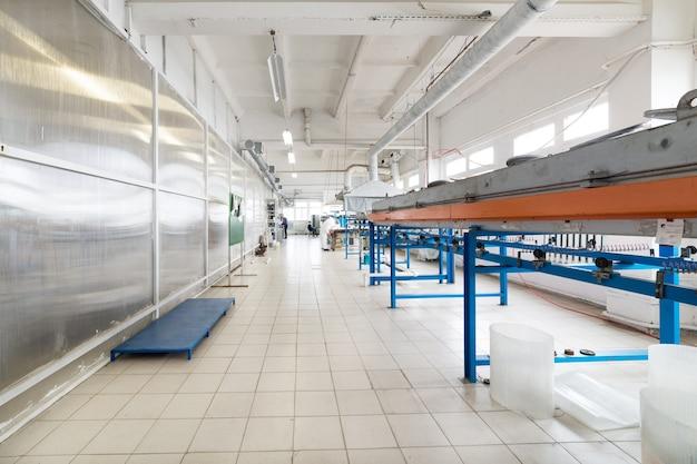 Atelier d'étamage industriel pour fil de cuivre. four pour recuire le fil.