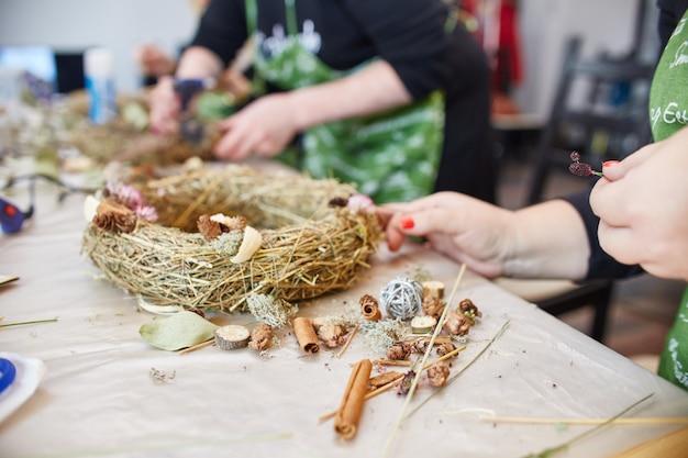 Atelier de fabrication de couronnes de noël à la main