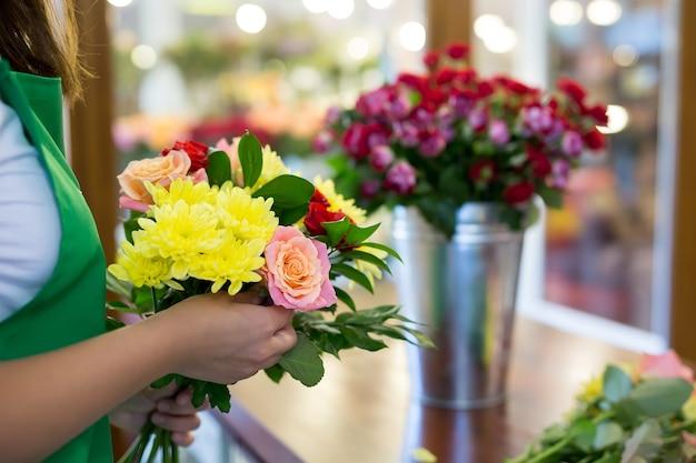 Atelier de fleuriste faisant des bouquets et des compositions florales