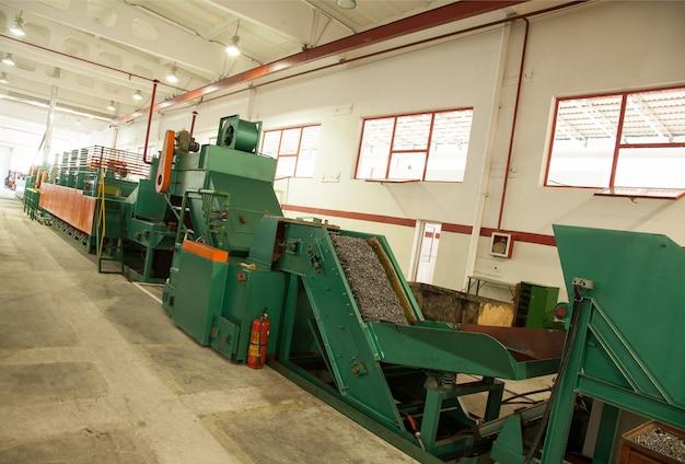 Atelier avec machines et équipements pour la production de vis