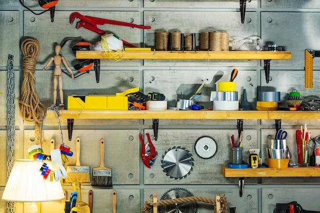 Atelier de menuiserie équipé des outils nécessaires