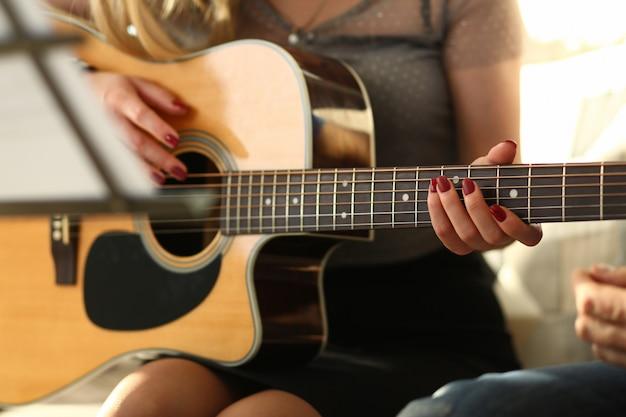 Atelier de musique pour belle jeune femme