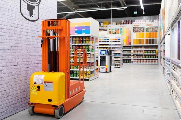Atelier de peinture avec une large sélection de produits de nombreux fabricants de couleurs différentes.