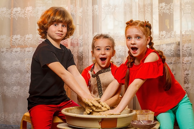 Atelier de poterie pour enfants. atelier, classe de maître.