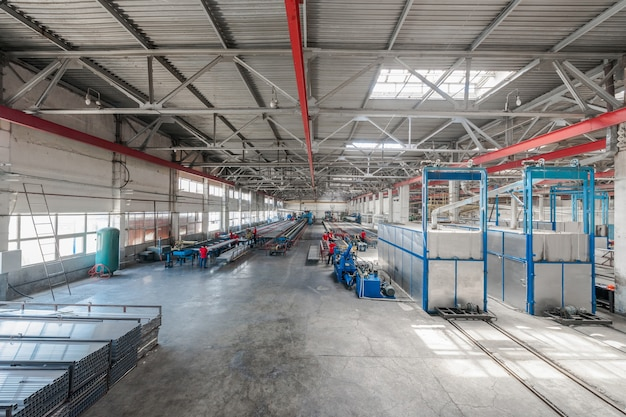 Atelier de production de profilés en aluminium. panorama de l'atelier