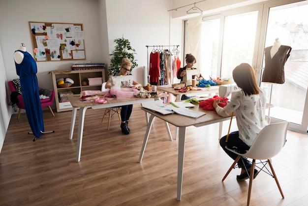 L'atelier regorge de travaux de tailleurs