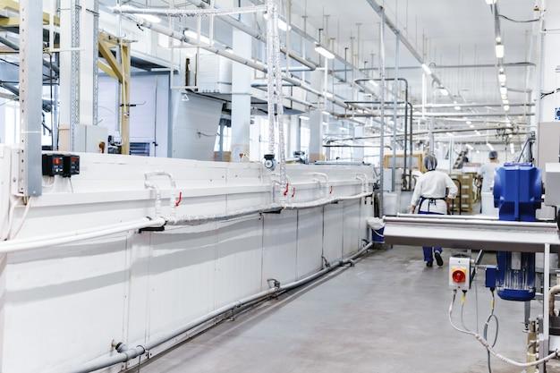 Atelier d'une usine de confiserie automatisée moderne avec des lignes de convoyeur fermées