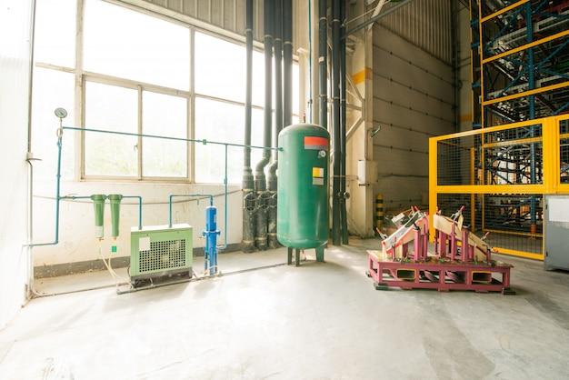 Atelier vide avec ascenseur dans une station de réparation automobile