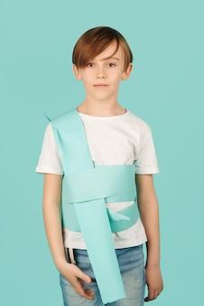 Ateliers artistiques pour les enfants. futur créateur de mode pour enfants avec une excellente idée. futur métier, garçon rêvant d'être designer. cours créatif pour les enfants.