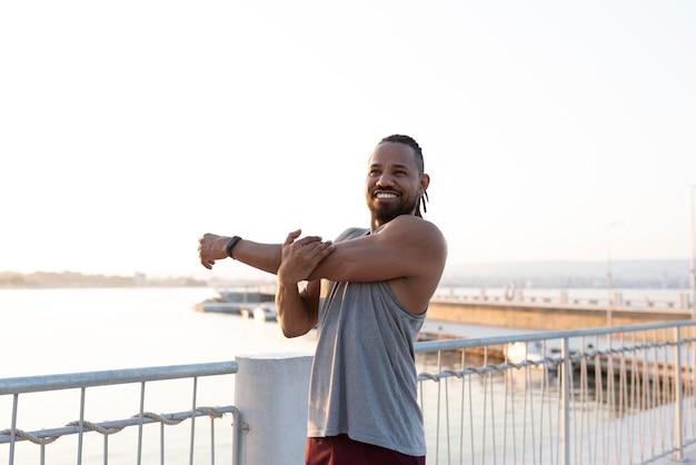 Athlète afro-américain exerçant à l'extérieur