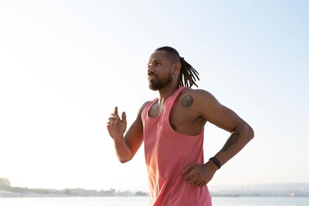 Athlète afro-américain en vêtements de sport à l'extérieur