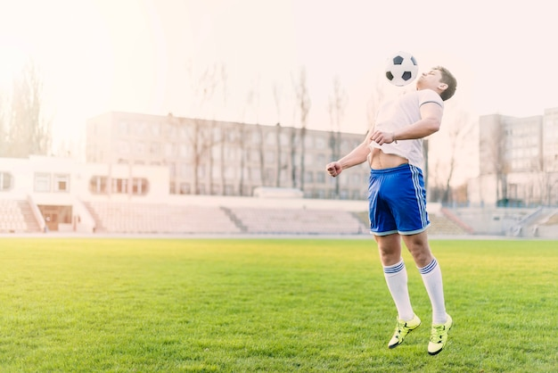 Athlète attraper le ballon de football avec la poitrine